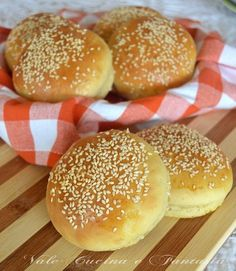 Panini per hamburger Cooking Bread, Cooking Recipes, Cena Light, My Favorite Food, Favorite Recipes, Bread Winners, Panini Sandwiches, Burger Buns, International Recipes