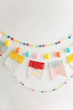 Easter is just around the corner, so if you haven't already, it's time to plan brunch (or dinner). And… easter garland TELL: DIY EASTER BRUNCH - Tell Love and Party Party Girlande, Diy Girlande, Wild One Birthday Party, Birthday Diy, Birthday Design, Easter Brunch, Easter Party, Brunch Party, Mini Balloons