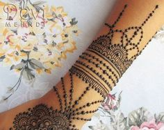 Detalle de diseño de Mehndi, hecho a base de henna natural, de brazalete…