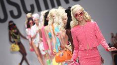 """""""Barbie Colecction"""" es la propuesta de Moschino para la temporada de primavera verano 2015. Los diseños están inspirados en los atuendos clásicos de Barbie. Incluye looks para la playa, la oficina, outfits urbanos, girlys y deportivos…"""