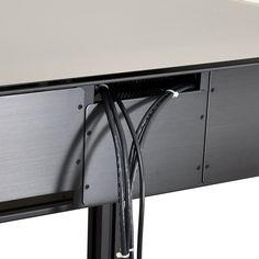 Lian Li DK-Q2 disponible ici. Vous souhaitez profiter de votre ordinateur et de votre bureau sans vous embarrasser d'une tour massive et gênante ? Lian-Li a trouvé un concept malin pour régler le problème : mettez directement vos composants dans votre bureau DK-Q2 ! Ce meuble robuste en aluminium et verre trempé vous permettra d'accueillir la config de vos rêves. La fenêtre supérieure lui confère un design dernier cri et laisse entrevoir les différentes pièces de votre bijou.