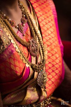 The Essential Bridal Accessories An Indian Bride Wears On Her Wedding Day. There are 16 elements which form the adornments of a perfect bridal look Antique Jewellery Designs, Indian Jewellery Design, South Indian Jewellery, Jewellery Photo, Antique Jewelry, Fashion Jewelry, Bridal Jewelry Sets, Bridal Accessories, Bridal Jewellery
