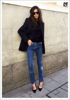 Barbara Martelo street style // sunglasses, pinstripe blazer, jeans and black pumps