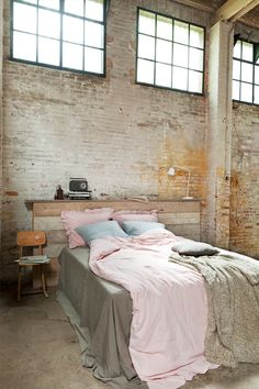 Check Out 20 Industrial Bedroom Designs. Industrial bedroom design is an urban signature that combines simplicity and authenticity. Industrial bedroom design incorporates utilitarian edge with rough textures and sometimes aged woods. Industrial Bedroom, Industrial House, Industrial Style, Industrial Sheets, Design Industrial, Bedroom Loft, Home Bedroom, Bedroom Decor, Bedroom Sets