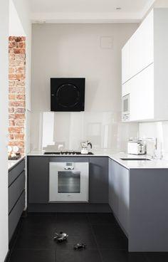 Keittiössä on hillitty väriskaala. Kaapistot ovat Kirsi Valantin Nixi-keittiölle suunnittelemat. Kaasuliesi, uuni ja mikro Gaggenaun, liesituuletin Elican, viinikaappi on EuroCaven, kylmäkoneet ja astianpesukone Siemensin. Tiskiallas on Blancon, designhanat saksalaisen Steinbergin ja tasot ovat valkoiset Silestonen kvartsitasot. Välitilassa lasipinta suojaa roiskeilta.