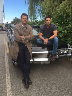 Updated: Here are some promo stills of Supernatural's season 12 premiere with Dean Winchester (Jensen Ackles) and Castiel (Misha Collins) riding in the Impala with a new back seat passenger &… Jensen Ackles, Jensen And Misha, Misha Collins, Sam Supernatural, Supernatural Pictures, Supernatural Playlist, Supernatural Wallpaper, Supernatural Seasons, Sam E Dean Winchester