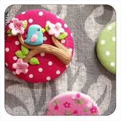 polymer clay on fabric, as button or brooch by lanxin Polymer Clay Kunst, Cute Polymer Clay, Cute Clay, Fimo Clay, Polymer Clay Projects, Polymer Clay Charms, Polymer Clay Creations, Polymer Clay Jewelry, Clay Crafts