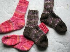 Quick Knit Socks - cold nights require warm toes! Knit some of these for your feet or for a friend's feet! #freepattern #knitting