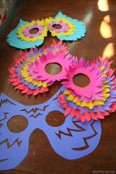 Maschera da gufo colorata - Una bella alternativa alla maschera precedente. Basta sovrapporre ritagli di carta di diversi colori.