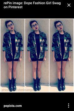 Chamarra verde militar, blusa negra, short negro o vestido y botitas negras
