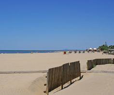 La Playa de Isla Canela es la primera de las playas de Ayamonte en la desembocadura del Guadiana, entre marismas, caños, arenales y dunas.  Desde Ayamonte hasta la urbanización Isla Canela, hay un carril para bicis, anexo a la carretera, pero que también es utilizado por patinadores (roller skaters).