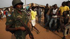 Soldado da República Democrática do Congo, das forças de paz africanas, patrulha as ruas de Bangui