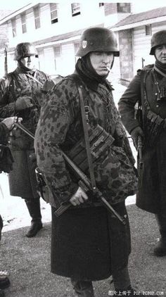 A Waffen-SS detachment. Note the MP40 submachine gun.                                                                                                                                                      Mehr