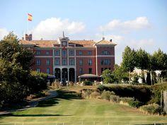 The Los Flamingos golf resort is located just 3 minutes from the main N340 coastal highway and just 20 minutes from central Marbella and approximately 30 minutes from Gibraltar. This impressive resort now comprises of 3 courses, Los Flamingos, Alferini , and the newest course Tramores . The latter used to be the executive Par 3 course. Another 9 holes were added recently and although it is only 3.268m. of the red tees, it is well worth playing.