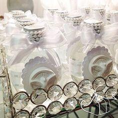 Garrafinhas de Água Benta com aplicação de divino Espírito Santo em resina!!! #prendaminha #batizado #festadebatizado