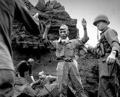 Soldats japonais capturées par les Américains sur Iwo Jima au Japon, le 5 avril 1945.