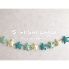 フェルトで作成した星のガーランドの新色です♡中に綿を詰めています。お誕生日や記念日の飾りつけに使用したり、ベビーベットの周りに飾ってみたり、リビング、子供部屋、トイレ等の装飾にいかがでしょうか♡ 1歳やハーフバースデーなどの節目の記念日にもどうぞ♡【詳細】 素材:フェルト 全長:紐の長さ 約1m 星のサイズ:約横7.5㎝縦7㎝ 星の数:9個 星の位置は固定しておりませんので、飾りながらお好みの間隔に変更可能です。