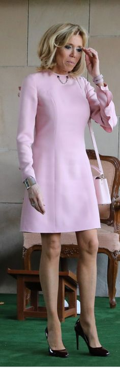 French First Lady, Beaux Couples, Ladies Lunch, Emmanuel Macron, French Chic, Fashion Over 50, Royal Fashion, Elegant, Pink Dress
