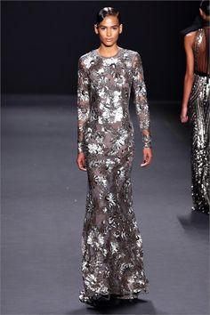 Guarda la sfilata di moda Naeem Khan a New York e scopri la collezione di abiti e accessori per la stagione Collezioni Autunno Inverno 2013-14.