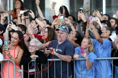 Foto de idosa 'vivendo o momento' na multidão 'conectada' viraliza   RedeTV! Em rede com você.