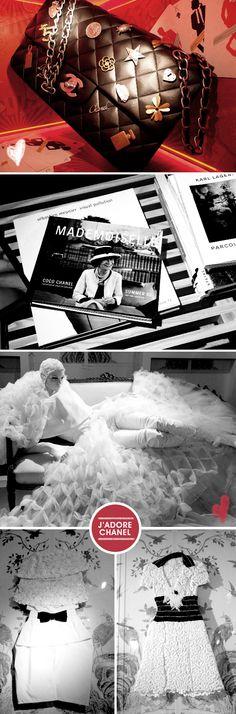 Uma das coisas mais lindas que vi em Londres foi a exposição da Chanel na Harrods. Uma experiência sensorial maravilhosa! Logo quando você chega, uma cortina de pérolas te separa de um jardim inspirado no cenário do desfile SS 2011 da marca. Um guia nos espera para fazer o tour guiado, contando curiosidades sobre Mademoiselle Chanel e sua marca. Estivemos em uma sala que imita o interior de uma bolsa 2.55, passamos por uma sala réplica do escritório de Karl Lagerfeld e vimos de pertinho cria...
