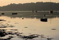 La jonction des rivières d'Auray et du Bono dans le Golfe du Morbihan. Un soir d'hiver peu de temps avant le coucher de soleil.