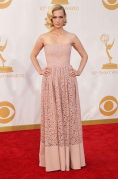 January Jones con un vestido palabra de honor color malva de Givenchy en los Emmy 2013