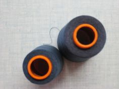 Il ne faut pas mettre les cônes n'importe comment sur la surjeteuse Ah bon! pourquoi? La surjeteuse n'utilise pas tous les fils de la même manière, donc les cônes ne se vident pas tous à la même vitesse. La machine fait des piqures droites avec les fils...