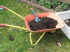 Le compost, à quoi ça sert ? Nos conseils d'utilisation au jardin, au potager et pour les plantes en pot.