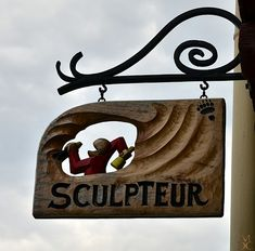Sign Sculpteur/Sculptor in La Bastide Clairence, Pyrénées Atlantique, France.