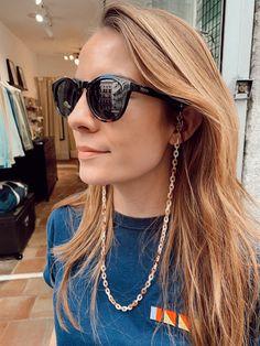 Las cadenas son una tendencia este 2019 y por eso os traemos nuevos diseños con esta forma. Hecho con eslabones de resina en marrón y beige, el Cordón de Gafas Roast es un clásico renovado que vas a usar con tus gafas de sol o de ver. #cadena #gafas #gafasdesol #verano #2020 #hook #hook_eshop #roast #cadenagafas Sunglasses Women, Beige, Fashion, Shape, Sideburns, Lanyards, Resin, Handmade, Summer