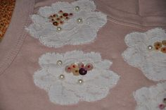 Blusa rosa, modelo regata, decote redondo, com apliques de flores de renda bordada com miçangas.    Aceitamos encomendas nos tamanhos P, M, G e GG  e nas cores desejadas! R$40,00