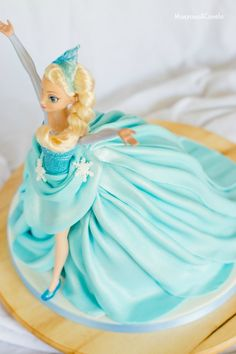 Tarta de muñeca Elsa (Elsa Doll cake) Frozen Doll Cake, Frozen Party Cake, Elsa Doll Cake, Frozen Dolls, Party Cakes, Muñeca Elsa Frozen, Disney Princess Decorations, Birthday Cake Video, Buttercream Techniques