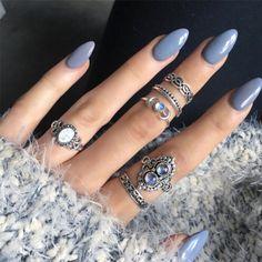 Estas uñas color violeta podrás combinarlas con un sueter lila (imagen) o anillos, los que gustes. ♥