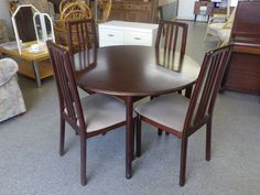 Extendable Dining Table And 4 Chairs (With Center Leaf) ------ H - 72.5 D - 110 In Good Condition £35 (PC582)