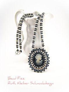 Romantische Halskette mit Perlenstickerei Anhänger ovale