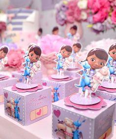 A imagem pode conter: uma ou mais pessoas Doc Mcstuffins Birthday Party, Christmas Alphabet, Cami, Lunch Box, Birthday Cake, Kids, Ideas Aniversario, Cute, Candy Stations