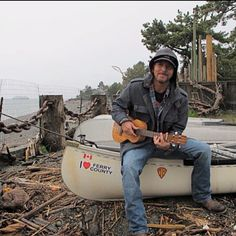 I've probably pinned this before, but it's my favorite pic of Ed with his uke. Eddie Vedder and a Canoe - Photo sessions for Ukulele Songs, 2011 Beautiful Men, Beautiful People, Beautiful Hearts, Mookie Blaylock, Pearl Jam Eddie Vedder, Ukulele Songs, Good Listener, Chris Cornell, Best Relationship