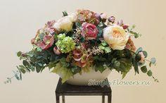 Композиция из искусственных цветов с кремовыми пионами и розово-зеленой гортензией