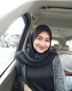Arab Girls Hijab, Girl Hijab, University Girl, Islamic Girl, Beautiful Hijab, Hijab Fashion, Beauty Women, Photo And Video, Womens Fashion