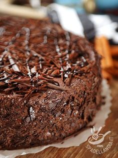 Soft Chocolate Cake - La Torta morbida al cioccolato è un vero concentrato di cioccolatosa bontà! Fatene due, per sicurezza: andrà sempre a ruba! Torte Cake, Cake & Co, Brownie Recipes, Cake Recipes, Dessert Recipes, Italian Desserts, Just Desserts, Ricotta, Bakery Cakes