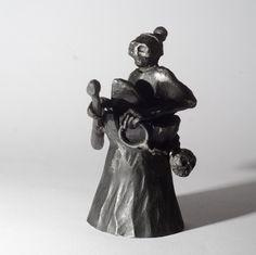 Baba+Jaga+Zvoneček+je+ručně+vykován+a+vybroušen.+Celková+výška+zvonu+je+cca14+cm+a+průměr+je7+cm.+Zvon+je+černěný+sazemi+s+le…