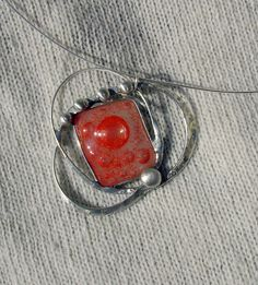 Planetary Autorský cínovaný náhrdelník, s parádním skleněným vesmírným kabošonem :-) z dílny hofriv Zavěšen na kovové obruči. Leštěn, ošetřen antioxidaním prostředkem. Na přání napatinuji černou patinou.