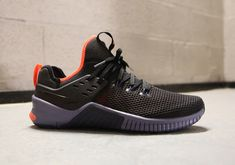 Nike's popular MetCon training series is being combined with the brand's incredibly flexible Free platform. TPU-faced open mesh – similar to chain mesh – comes into play on this performance-geared sneaker, making it both lightweight and durable for those who love supersets and deadlifts. A triangle midfoot combined with rubber and laser-siped flex grooves in …