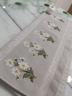 Cross Stitch Rose, Cross Stitch Flowers, Diy Crafts Hacks, Diy And Crafts, Embroidery Applique, Cross Stitch Embroidery, Cross Stitch Designs, Cross Stitch Patterns, Crochet Bedspread
