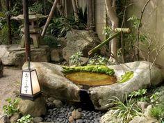 bassin en pierre naturelle et canne de bambou pour en faire une fontaine de jardin