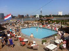 Zomer in Rotterdam; op het achterdek van de ss Rotterdam. Met mooi uitzicht op de Maas, Wilhelminapier en Katendrecht.