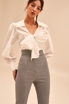 There's lots to like about white pants. They're stylish, they're fashionable, and so they make a superb various to fundamental black pants. Fall Fashion Skirts, Fashion Outfits, Womens Fashion, White Pants Outfit, Black Pants, Curvy Fashion, Look Fashion, Fashion Design, Petite Fashion