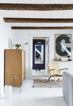 Modern and bright living room with Hans J. Wegners CH 25 Chair.
