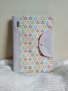 Protège carnet de santé mixte personnalisable gris et blanc motifs graphiques triangles colorés : Puériculture par cecaroquafait